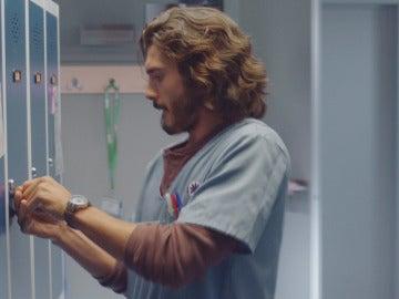 Víctor abre una taquilla del hospital