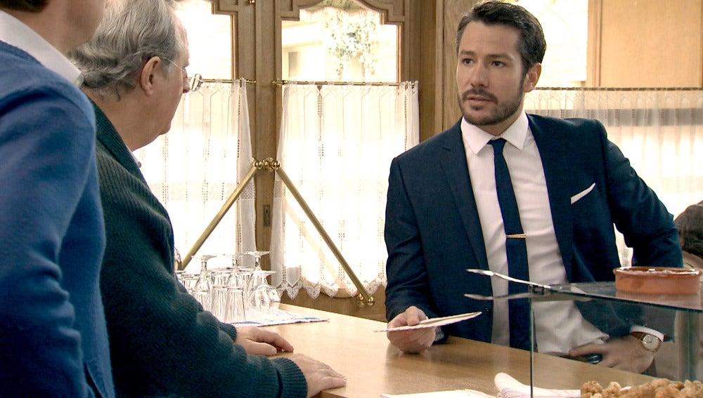 Miguel le cuenta a Pelayo y Marcelino la carta que recibió