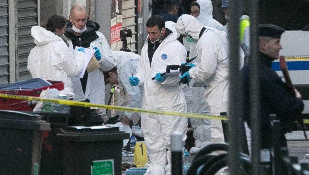 La Policía forense tras el ataque en el piso de Saint-Denis