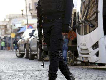 Un policía patrulla las calles de turquía