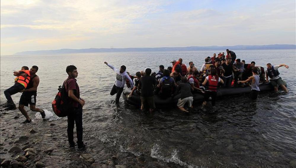 Embarcación de refugiados sirios en la costa griega