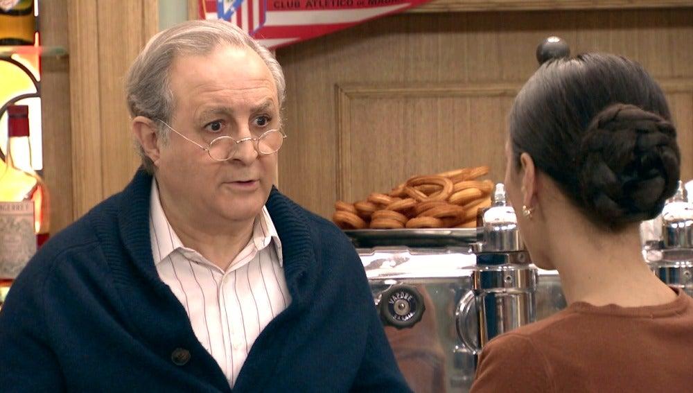 Manolita le cuenta a Pelayo la situación que vivió con   Jorge Cisneros