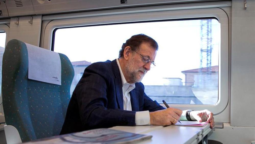Rajoy, trabajando en el tren