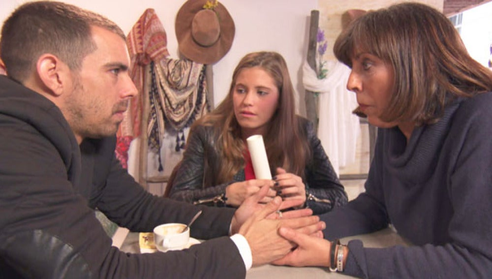 Alberto comunica a su familia que se casa con un desconocido