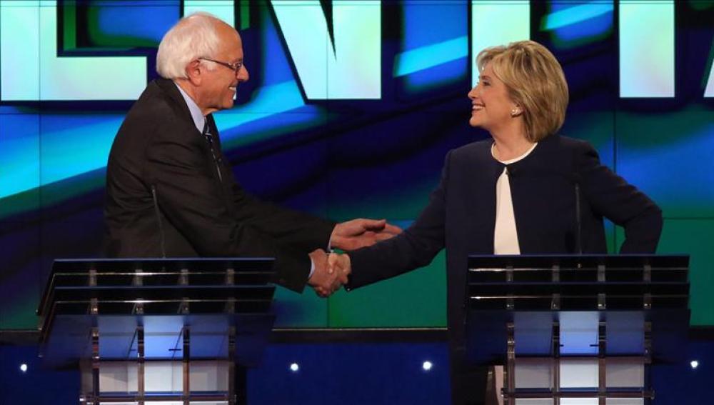Hillary Clinton estrecha la mano del senador de Vermont Bernie Sanders