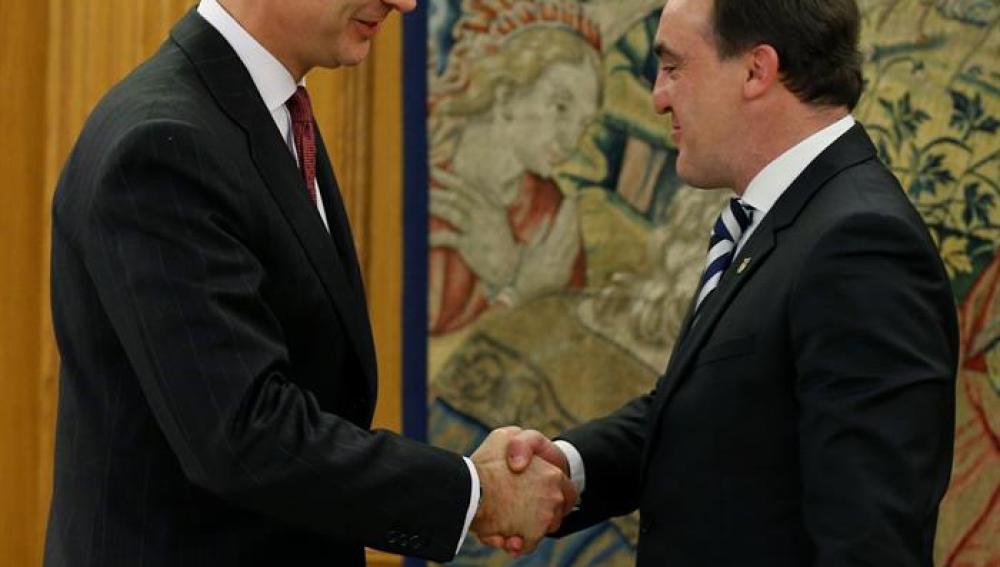 El Rey Felipe VI saluda al diputado de UPN Javier Esparza