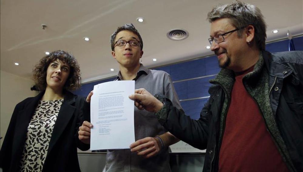 Íñigo Errejón junto a Alexandra Fernández y Xavier Domènech durante la rueda de prensa ofrecida para explicar el acuerdo