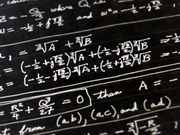 Imagen de un tablón con un problema de matemáticas