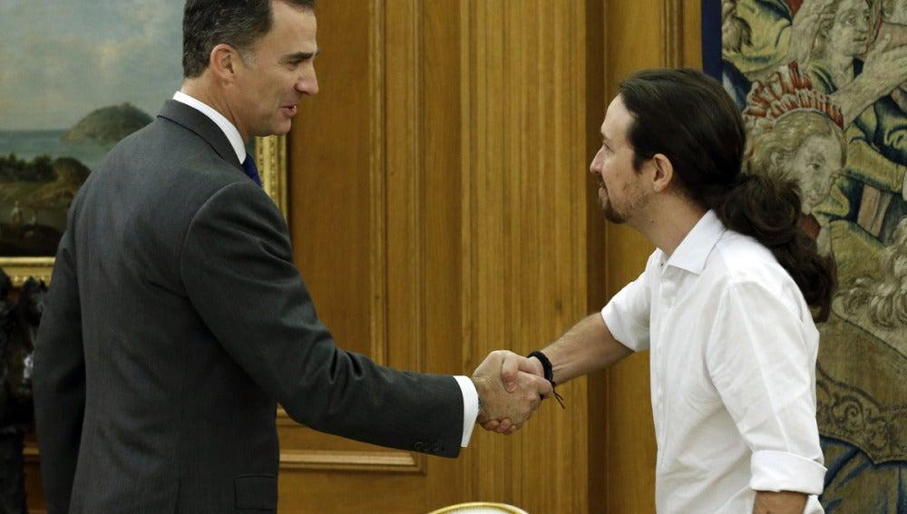 El Rey Felipe VI y Pablo Iglesias se saludan