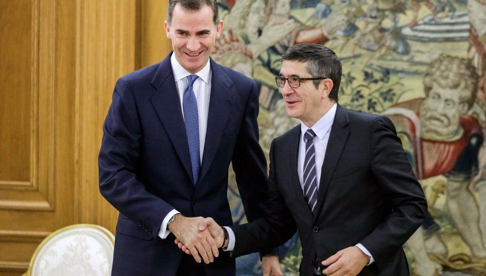 El Rey Felipe VI recibe a Patxi López durante la primera ronda de conversaciones