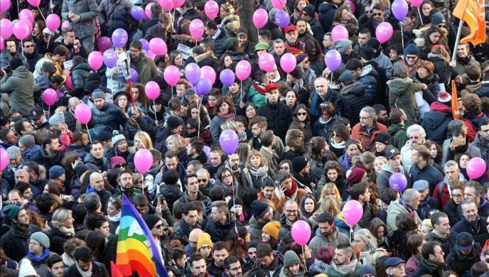 Movilización en contra de la discriminación de las personas LGBT en Piazza dell Scala, en Milán