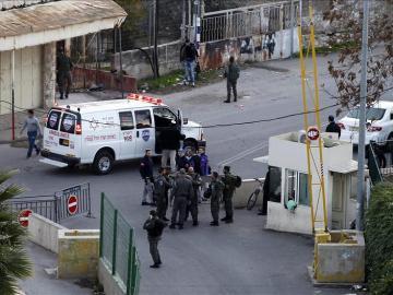 La policía israelí hace guardia junto a una ambulancia en el lugar de un suceso