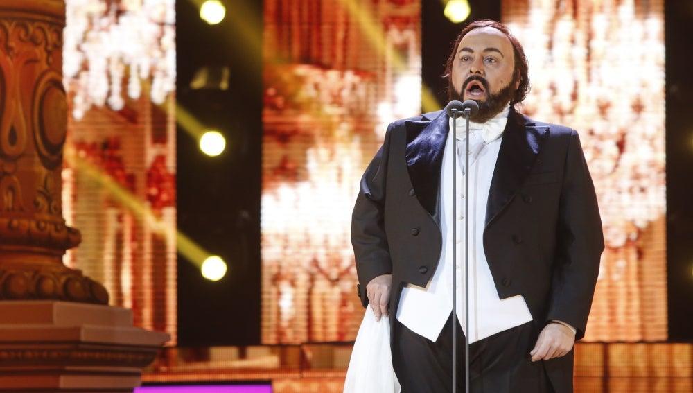 Falete se pone en la piel del tenor Luciano Pavarotti e interpreta ''O sole mio'
