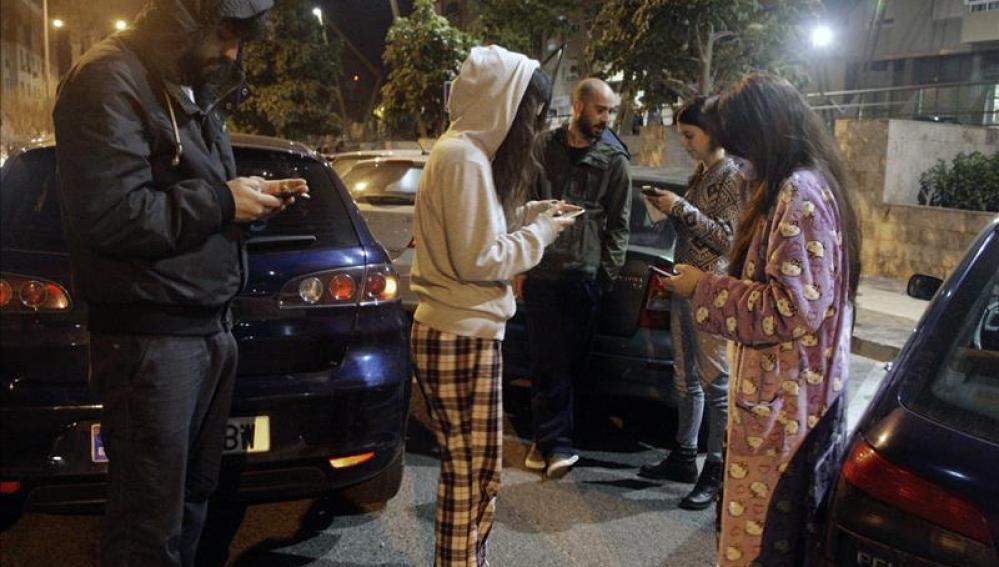 Un grupo de personas en la calle esta madrugada tras el terremoto