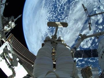 Astronauta asomado a la Estación Espacial internacional