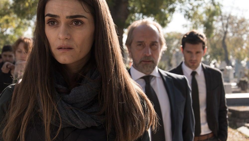 Belén, Miguel y Alain en el funeral de Isabel