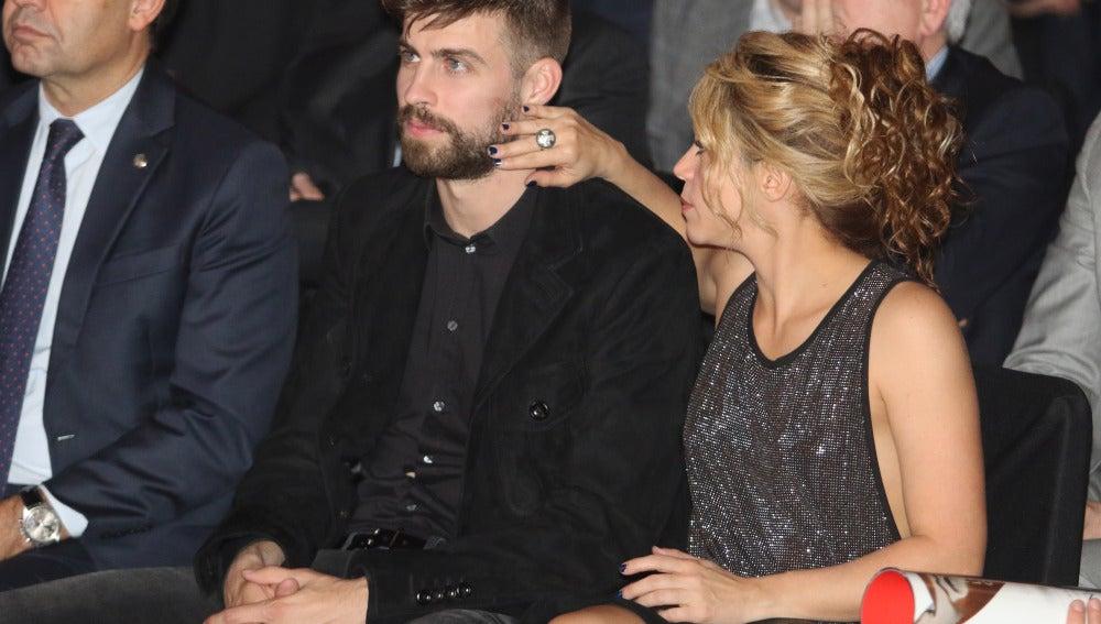 Shakira le seca las lágrimas a Gerard Piqué