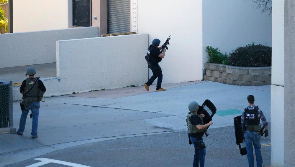 Policía de San Diego en el hospital Naval de Balboa en San Diego