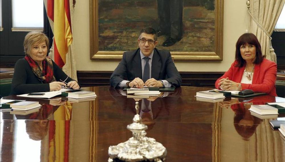 El presidente de la Mesa, Patxi López , junto a las vicepresidentas primera (i) y segunda (d)