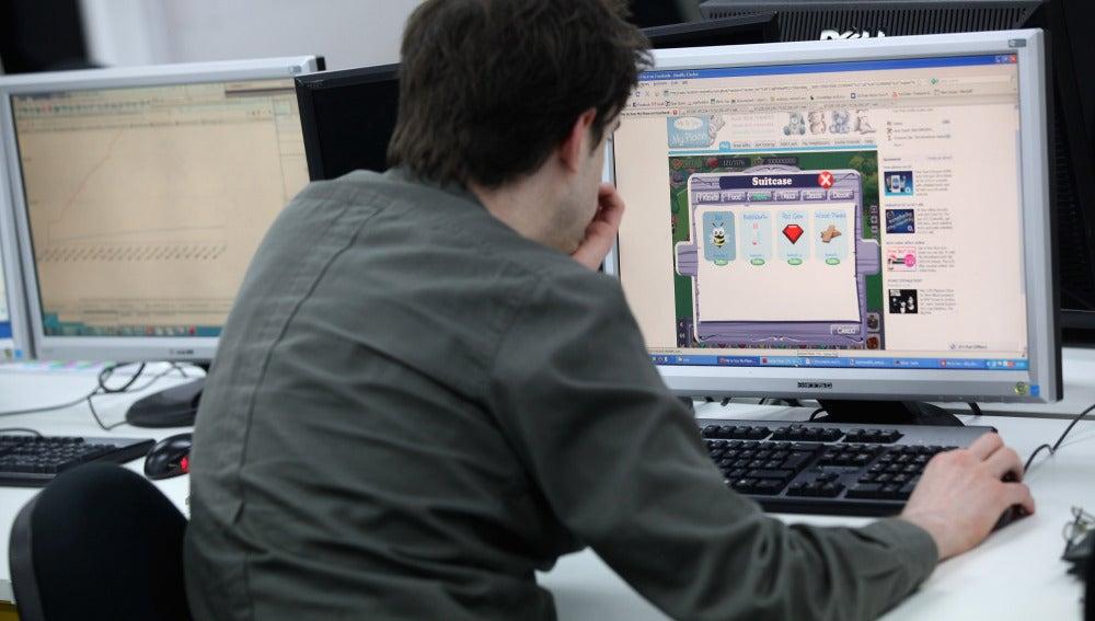 Un hombre trabaja en un ordenador