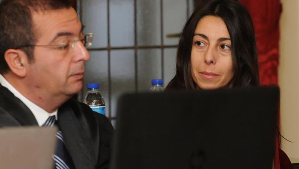 Raquel Gago junto a su abogado, Fermín Guerrero