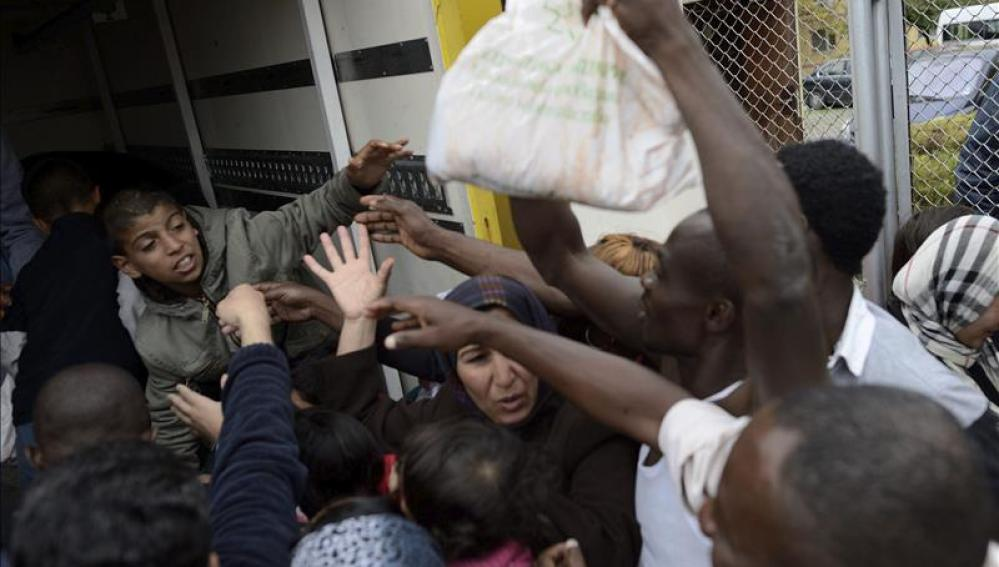 Varios refugiados sirios acuden por paquetes de comida
