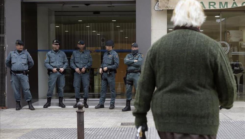 Agentes de Policía ante una de las empresas registradas