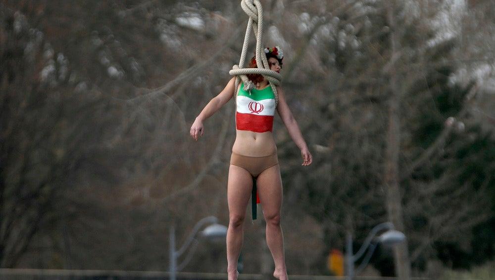 La activista llevaba la bandera de Irán pintada en el pecho
