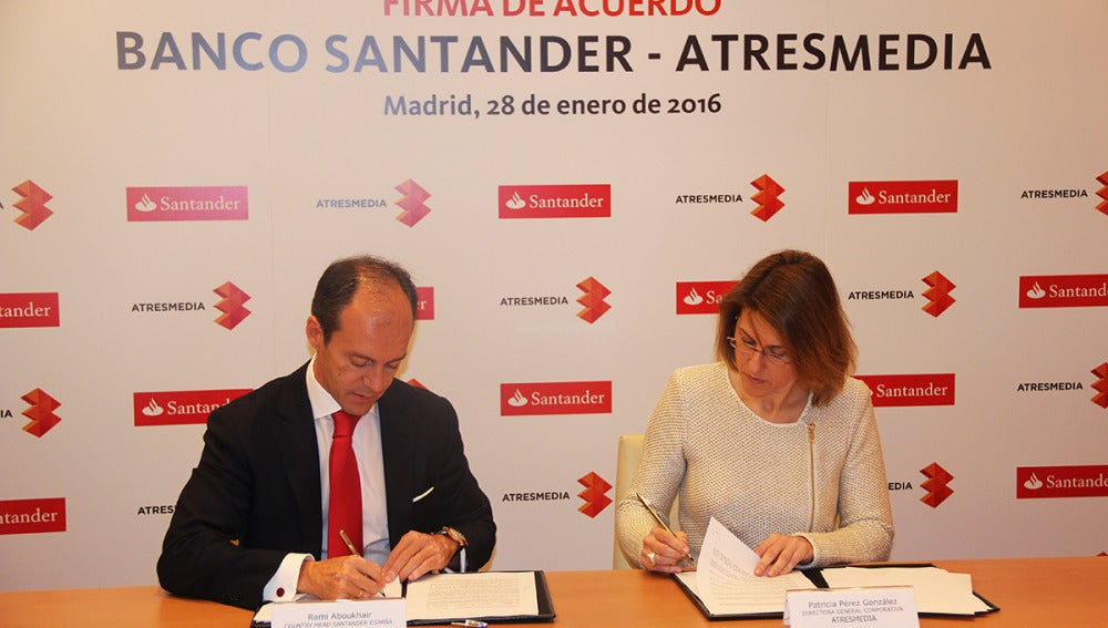 Rami Aboukhair y Patricia Pérez firmando el acuerdo