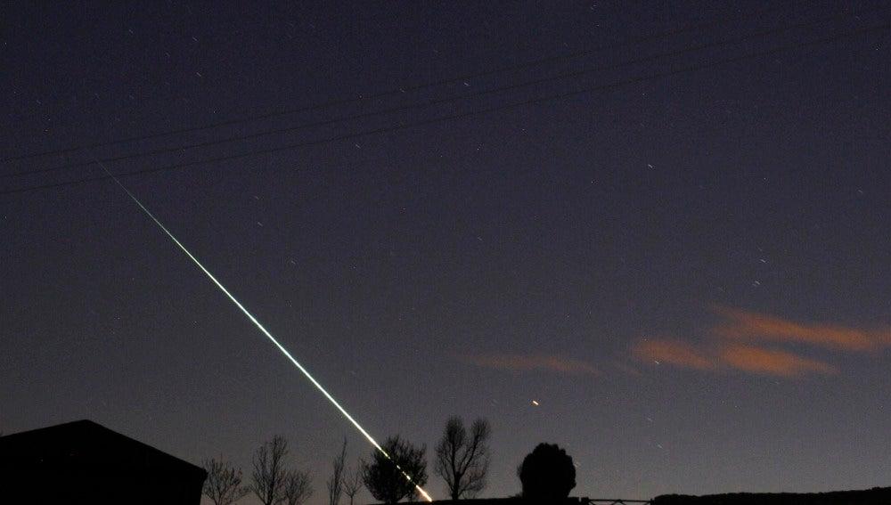 Meteorito cruzando el cielo