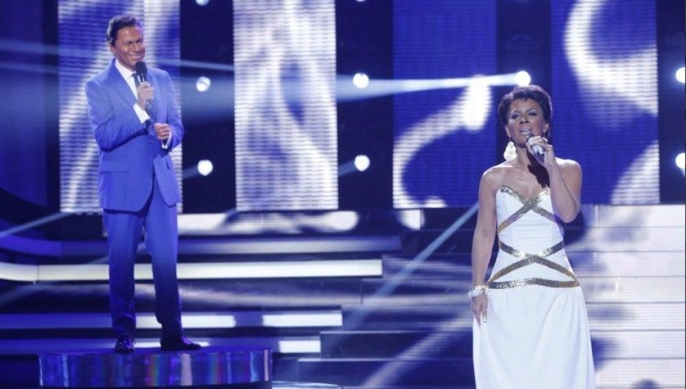 Vicky Larraz y Santiago Segura imitan a Natalie Cole y Nat King Cole