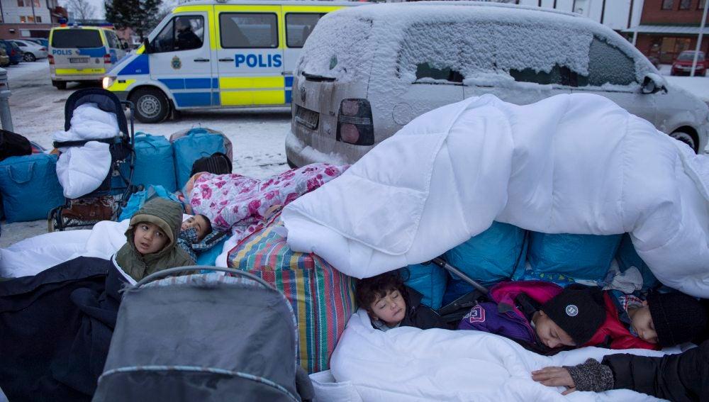 """Un grupo de enmascarados llama a """"actuar"""" contra menores inmigrantes en Estocolmo"""