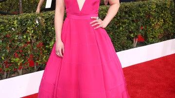 Emilia Clarke muy favorecida con este bonito vestido fucsia de gran escote