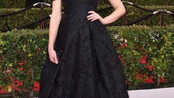 Sophie Turner con un pomposo vestido negro con listas azul noche