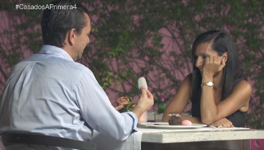 Mónica le regala a Pedro una piedra