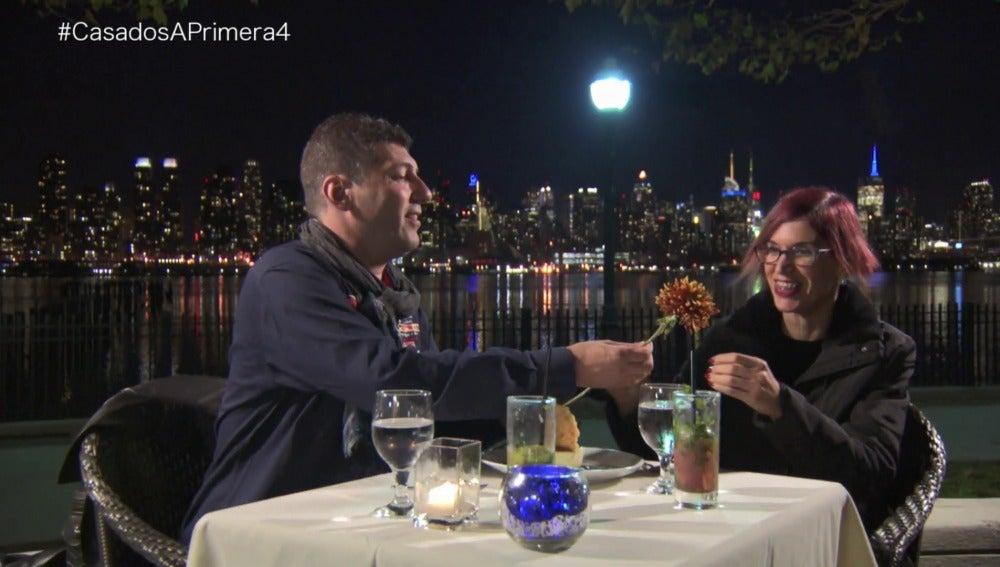 Bernardo sorprende a Andrea con una flor