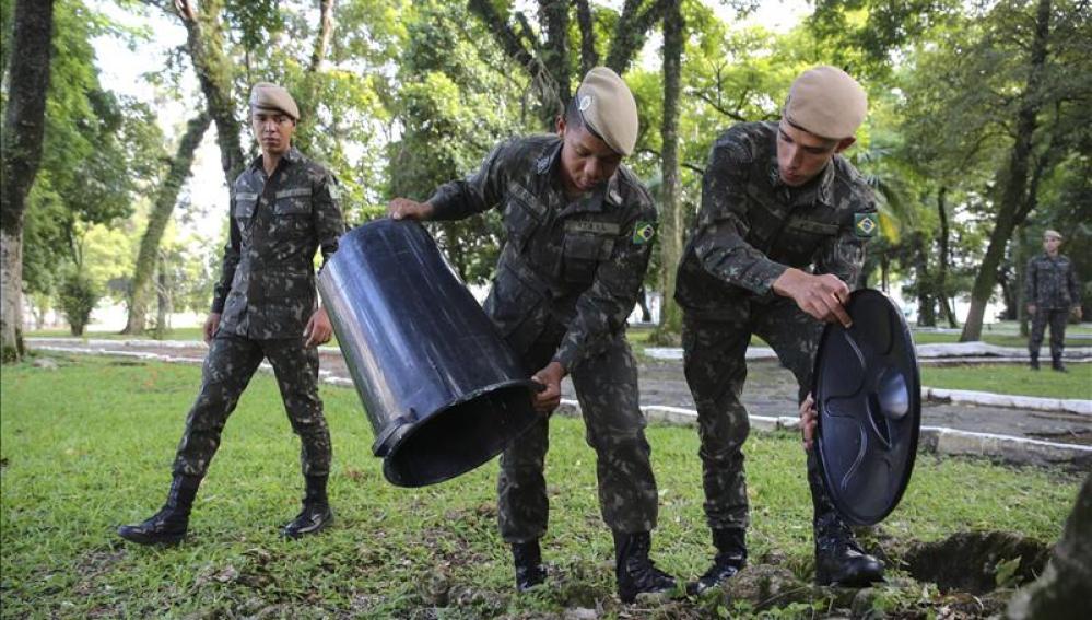 Soldados realizan una movilización de limpieza