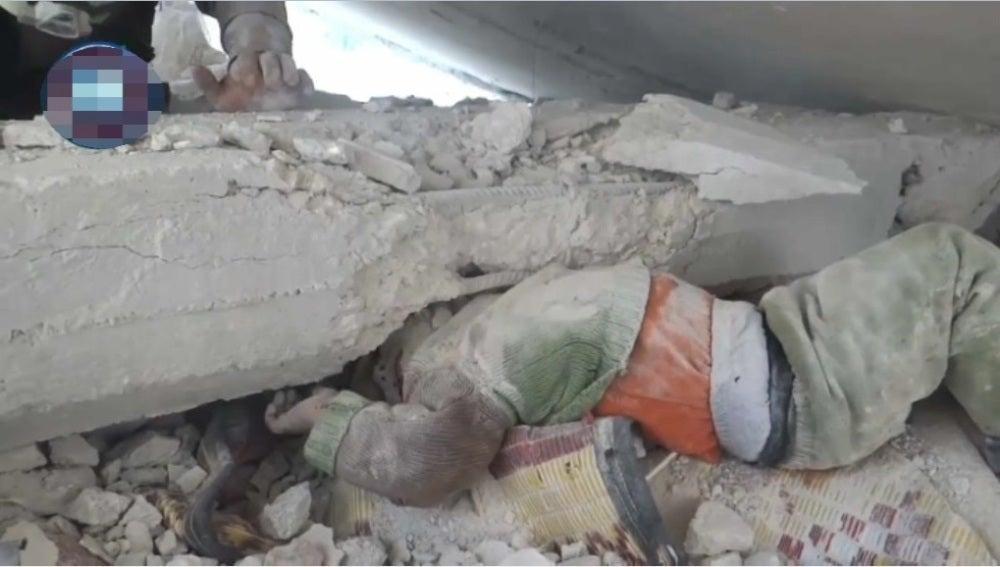 Niño sirio atrapado bajo escombros tras un bombardeo
