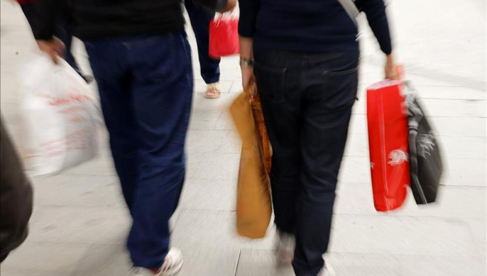 Retrocede la confianza del consumidor