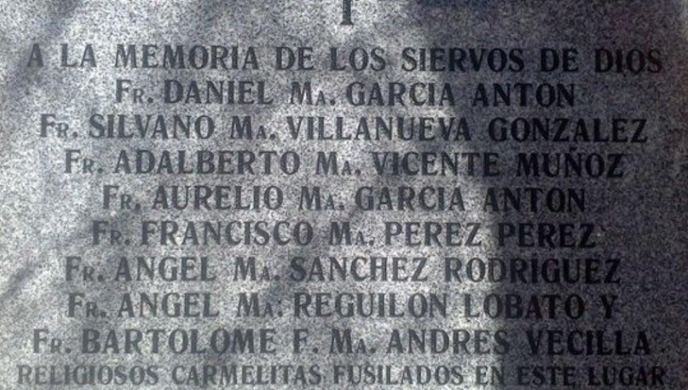 Imagen de la placa situada en el cementerio de Carabanchel Bajo