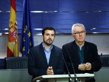 alberto Garzón y Cayo Lara durante la rueda de prensa en el Congreso