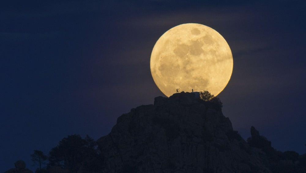 Espectacular imagen de la Luna llena sobre la sierra de Madrid