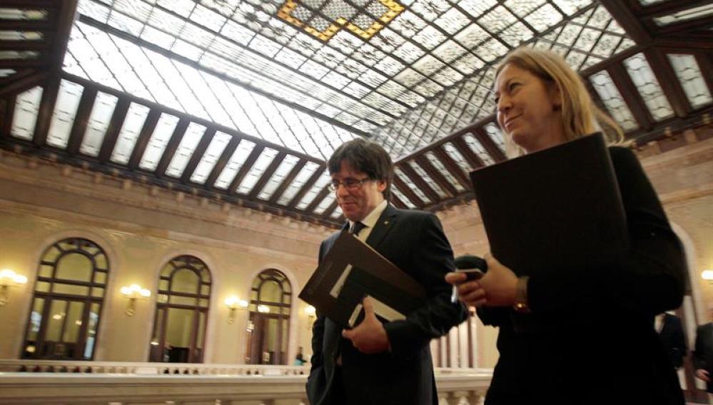 El presidente de la Generalitat, Carles Puigdemont, junto a la consellera de la Presidencia, Neus Munté