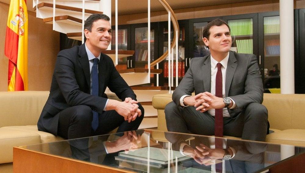 Pero Sánchez y Albert Rivera durante su reunión en el Congreso