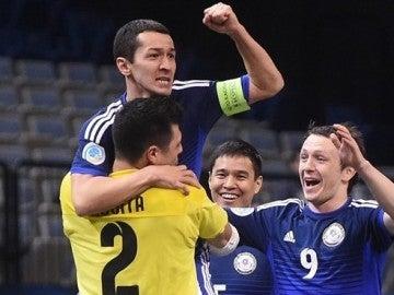 Los jugadores de Kazajistán celebran la victoria