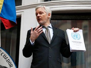 Assange, en el balcón de la embajada de Ecuador