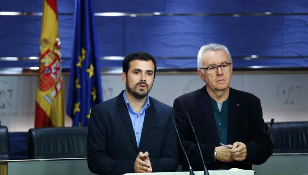 Los diputados de Izquierda Unida, Cayo Lara (d) y Alberto Garzón