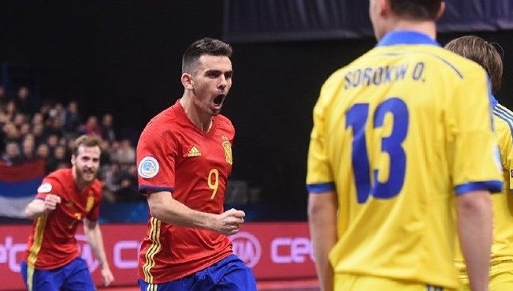 Álex celebra uno de sus goles ante Ucrania