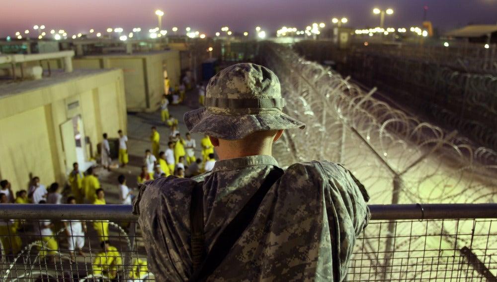 Un soldado estadounidense en una cárcel de Bagdad (Irak)