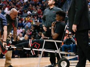 Jimmy Butler se retira del partido en silla de ruedas